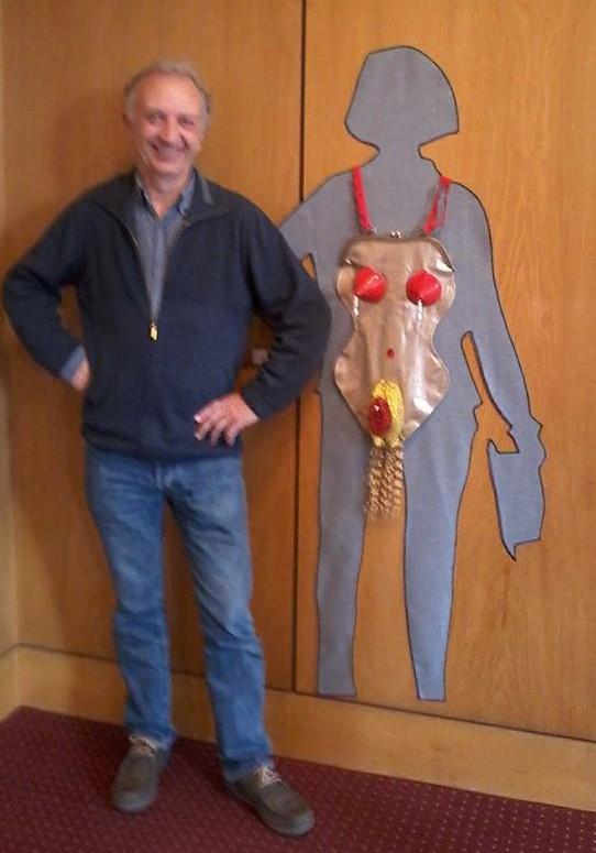 """El artista joyero Ramón Puig Cuyás posando con mi bolso corporal II """"Ceci n´est pas une pute""""/ """"Esta no es una ramera"""". (2015). Foto de Silvia Walz en la expo """"En Tránsito"""" en el Instituto Cervantes de Munich,"""